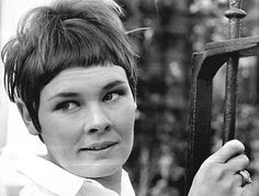How good does Judi Dench look in this photo from I love her hair. Judy Dench Hair, Judi Dench, Gamine Style, Culture Pop, Stars Then And Now, Cut Her Hair, Chic Hairstyles, Young Actors, National Treasure