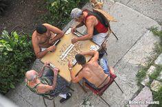 Jugando dominó. Foto del barrio  FOTO: Roberto Suárez