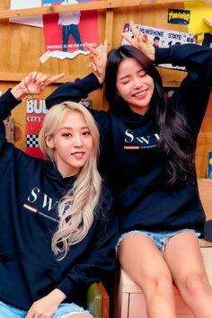 Mamamoo Moonbyul and Solar Moonsun Solar Mamamoo, Mamamoo Moonsun, Kpop Girl Groups, Kpop Girls, Babe, Fans Cafe, City Wallpaper, Wallpaper Wallpapers, Iphone Wallpaper