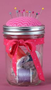 Sewing Crafts Pin cushion mason jar craft - Who doesn't like a good mason jar craft? These little jars are great for the seamstress or crafter in your life and they serve both as a pin cushion, but also… Pot Mason, Mason Jar Gifts, Mason Jar Diy, Craft Gifts, Diy Gifts, Jelly Jar Crafts, Pickle Jar Crafts, Mason Jar Storage, Mason Jar Crafts