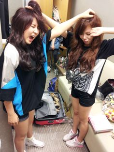 4Minute SoHyun and HyunA Cute Fight lol they're like little kittens