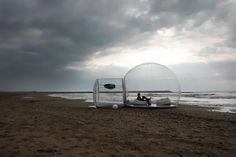 버블텐트(Bubble Tent)의 극한에도 자연과 접할 수 있게 해주는 투명 텐트다. 이 제품은 UV 차단 소재를 이용해 만든 것으로 축소할 수 있어 야영 텐트로 이용할 수 있다. 공기 펌프를 이용하면 언제 어디서나 순식간에 투명한 돔형 공간을 만들 수 있는 것. ...