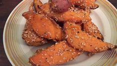 Leckere Süßkartoffel Wedges mit Sesam. ➤ Ohne vorkochen, ohne schälen. ➤ In 30 Minuten fertig - dabei macht der Ofen die leckeren Wedges von ganz alleine.