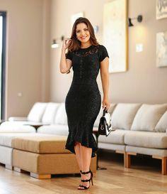 Logo vestido preto rendado midi, sandália preta e bolsa preto e branco