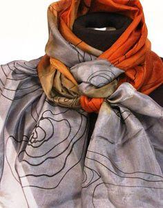 Echarpe em seda pura, pintada a mão, trabalhada em tons de grafite e caramelo e desenhos defino traço em preto. Resultado maravilhoso e diferenciado.