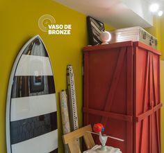 """A parede amarela tem a vitalidade de quem pratica surfe e uma vida de explorador, neste """"Estúdio do Nômade"""", criado por Mauricio Arruda e a equipe da Todos Arquitetura para a CasaCor 2017.  #Coral #CasaCor2017"""