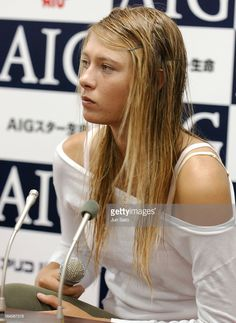 'Maria Sharapova during AIG Japan Open Tennis Championship 2004 - Maria Sharapova Winning Press Call - October 2004 at Ariake Coliseum in Tokyo, Japan. (Photo by Jun Sato/WireImage)' Red Brown Hair, Bright Red Hair, Brown Hair Colors, Purple Hair, Burgundy Hair, Maria Sharapova Hot, Sharapova Tennis, Pakse, Maria Sarapova