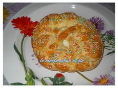 la cuddura cull'ova è un dolcetto tipico della tradizione pasquale siciliana,rappresenta il segno della vita ben augurante