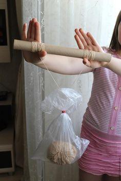 У любителей вязания маленьких игрушек Амигуруми часто возникает необходимость разделить толстую пряжу на несколько нитей. Хочу поделиться с вами своим методом. Не всегда бывает рядом помощник, который поможет сматывать второй клубок, да и постоянно закалывать клубок булавкой и раскручивать нить занятие для терпеливых! Итак, если у вас есть моточек толстой пряжи подходящего цвета, но не…