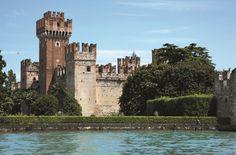 """Caratteristico paese di chiara impronta medioevale, situato tra Bardolino e Peschiera. Il suo nome deriva da """"laceses"""", che significa """"luogo lacustre"""". Il suo nucleo più antico è circondato dalle mura erette dagli Scaligeri nel sec. XIV e il suo grazioso scenario è dominato dal castello. Pittoresco è il porticciolo su cui si affacciano portici con bar e negozi, che si susseguono poi anche lungo i caratteristici vicoli."""