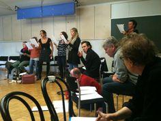 Ensimmäiset lauluharjoitukset 23.4.2012, ja tietenkin aluksi treenataan esityksen upea loppubiisi. Etualalla musikaalin ohjaaja Reino Bragge.  #Veriveljet #Tampere #Teatteri
