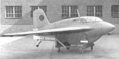 秋水 太平洋戦争中に日本陸軍と日本海軍が共同で開発を進めたロケットエンジンの局地戦闘機。 ドイツのMe163を基に設計を始めたが、試作機で終わった。 特攻兵器として開発されてはいないが、機銃の照準が困難と判明し、特攻戦法が採用された。