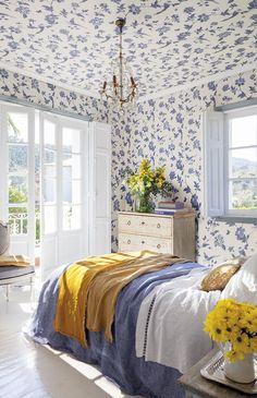 Dormitorio completamente forrado de papel pintado