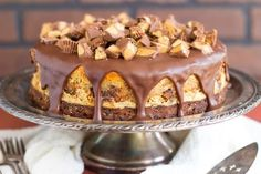 Peanut Butter Cup Brownie Cheesecake is pure chocolate peanut butter cheesecake heaven. Now this is a showstopper dessert! Chocolate Peanut Butter Cheesecake, Brownie Cheesecake, Peanut Butter Cups, Cheesecake Recipes, Baking Recipes, Cookie Recipes, Dessert Recipes, Yummy Treats, Sweet Treats