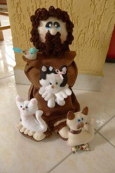São Francisco de Assis em feltro , medindo 38cm de altura acompanhado de oração de São Francisco , tercinho , passarinho e 3 gatinhos