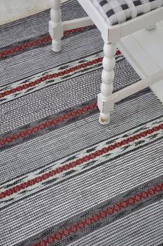 Trasmattorna berättar en historia - hd.se Weaving Textiles, Weaving Art, Weaving Patterns, Loom Weaving, Tapestry Weaving, Hand Weaving, Swedish Interior Design, Scandinavian Embroidery, Rug Inspiration