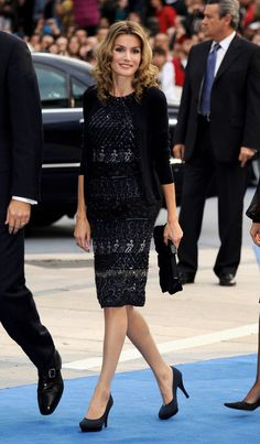 There's a clear difference in Queen Letizia of Spain's style from the moment it was first announced that the TV reporter (then known as Letizia Ortiz) was Fast Fashion, Over 50 Womens Fashion, Estilo Real, Estilo Fashion, Ideias Fashion, Grace And Lace, Queen Letizia, Royal Fashion, Look Chic
