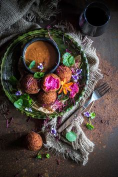 Beetroot & goat cheese croquettes with salmorejo (tapas ideas bread crumbs) Veggie Recipes, Vegetarian Recipes, Healthy Recipes, Beet And Goat Cheese, Great Appetizers, Skewer Appetizers, Croatian Recipes, Beetroot, Vegetable Dishes