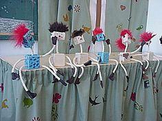 Opetusvinkkejä Alhojärven koululta. Puu-ukko, vartalo puusta,raajat rautalankanarusta,kengät ja rukkaset nahasta,hiukset turkista,nenä ja korvat helmistä ja napeista