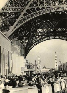 Sous la Tour Eiffel, Exposition universelle de 1937, Paris. Circa 1937.(Hans Killian)