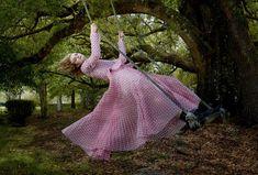 Elle Fanning vestida de Loewe con botas de Manolo Blahnik vogue