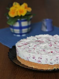 Unser Sonntagskuchen heute, die Himbeer Yogurette Torte, ist eine perfekte Mischung aus fruchtig frisch und schokoladig! Einfaches Rezept mit Biskuit.
