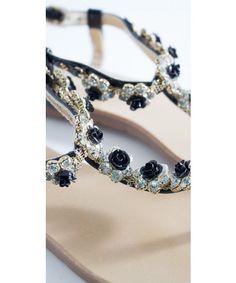 Sandali con gioiello realizzate in Eco pelle. Disponibili su https://www.melissaagnoletti.it/abbigliamento-donna/scarpe/sandali-gioiello-flower-power-2747.html