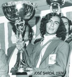 Ricardo Boada. Motocrocista venezolano. El deportista muestra el trofeo que lo acredita como el Campeón Panamericano de Motocross, competencia realizada en el Circuito Cerros de Chena en Santiago de Chile. Maiquetía, 19-09-1974 (JOSE SARDA / ARCHIVO EL NACIONAL)