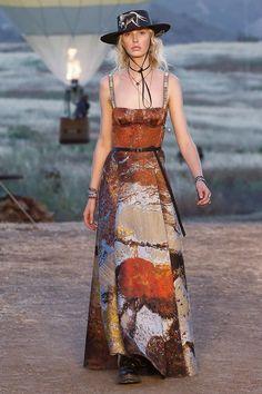 Dior iniciou seu desfile com as icônicas tiras de logo em um vestido.