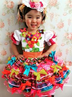 São João Idéias e dicas para os vestidos e trajes típicos para a criançada dançar quadrilha Sewing For Kids, Baby Sewing, Happy June, Kids Patterns, Crochet Art, Summer Kids, Fashion 2018, Tutu, Halloween Party