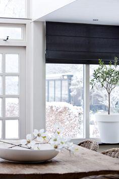 stores ou tentures pour cuisine gris foncé ( voir meubles cuisine ) sur portes-fenêtres blanches