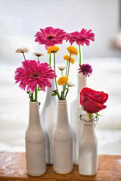 Pour le week-end égayez vos tables avec ces jolis vases bouteilles! Pratique et esthétique, voici les maitres mots de ce vase bouteille. On aime le design et la matière qui font de ces vases de véritables indispensables de la décoration d'intérieur. Un design simple et chic pour des vases à l'esprit nature. www.decocot.com http://decocot.com/vase-bouteille-verre-gris-c2x14190110