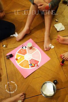Un atelier de vernis sous forme de jeu de l'oie. On prépare une piste de jeu sur laquelle on inscrit différentes actions telles que : « vernis-toi un ongle », « passe ton tour » ou encore « vernis un ongle de ta voisine de droite »… …