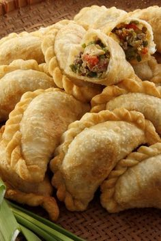 A version of the traditional empanada argentina, these delicious empanadas can be prepared as an appetizer for a barbecue or family meal. Beef Empanadas, Empanadas Recipe, Empanadas Argentinas Recipe, Argentina Food, Argentina Facts, Good Food, Yummy Food, International Recipes, I Foods