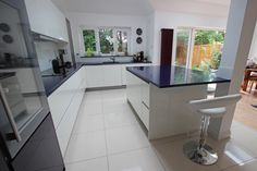 Advice on white kitchen worktop options and how to choose the best worktop colour for a white kitchen to enhance your intended kitchen look. Kitchen Diner Extension, Open Plan Kitchen Diner, Open Plan Kitchen Living Room, Kitchen Family Rooms, White Kitchen Worktop, White Kitchen Island, Kitchen Islands, Handleless Kitchen, White Kitchens