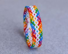 Learn to make your own colorful bracelets of threads or yarn. As fun for beginners as it is to intermedates. Bff Bracelets, Rainbow Loom Bracelets, Diy Bracelets Easy, Bracelet Crafts, Colorful Bracelets, Handmade Bracelets, Diy Friendship Bracelets Tutorial, Bracelet Tutorial, Friendship Bracelet Patterns