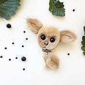 Купить или заказать Норковая обезьянка Мокко в интернет-магазине на Ярмарке Мастеров. Эта брошечка уже нашла свою любящую хозяйку, возможно исполнение похожей на заказ !:) Брошь обезьянка Мокко, необычного шоколадного цвета . Сделана она из натурального меха норки и замши (обратная сторона). Размер украшения 5 см в ширину на 12 см в высоту вместе с закрученным хвостиком, как на картинке. Хвост на проволочном каркасе, можно подкручивать по своему усмотрению Больше работ можно посмотреть в…