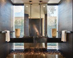 Bancadas com seixos soltos no piso em banheiro e lavabos - veja ótimas ideias! - DecorSalteado