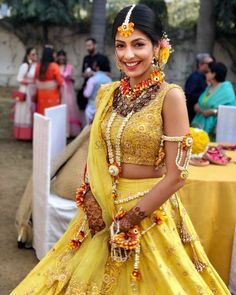 Very Different & Pretty Floral Jewellery Designs Worn by Real Brides! Bridal Mehndi Dresses, Muslim Wedding Dresses, Indian Wedding Outfits, Bridal Outfits, Indian Weddings, Mary Janes, Indian Bridal Fashion, Bride Look, Bridal Style