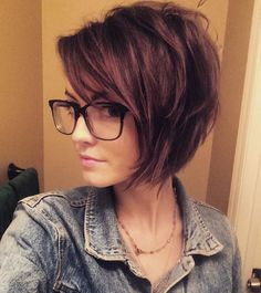 Cute Short Layered Haircuts for Beautiful Women Layers are the style of haircut that is powerful in the hair industry, whether it's for long hair or even for short hair. So, we think we will tell you a few layered haircuts for short hair t… Short Layered Haircuts, Haircuts For Fine Hair, Short Bob Hairstyles, Layered Bob Short, Casual Hairstyles, Pixie Haircuts, Short Haircuts Women, Short Asymmetrical Haircut, Glasses Hairstyles