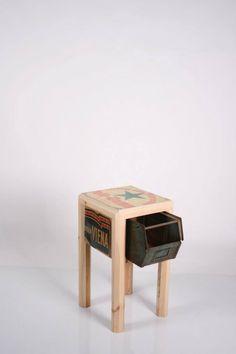 Mesita con madera de pino, carteles de chapa y cajón de chapa recuperado... http://www.lapetitemaisonlaboratoridart.com/ https://www.facebook.com/lapetitemaison.laboratoire
