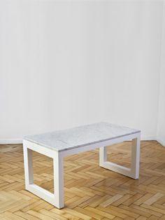 Mesa ratona inspirada en las piedras y simpleza de grecia. La misma fue realizada en madera y marmol