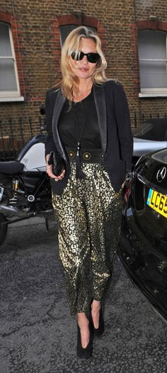 10 style cues from stylish celebrities: Kate Moss wears a tassle necklace and printed cigar pants