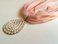 Collar tela rosa con colgante de Elbauldelaschuladas en Etsy https://www.etsy.com/es/listing/466750591/collar-tela-rosa-con-colgante