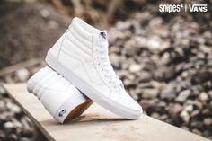 """Dieser VANS Sk8-Hi Reissue Premium Leather ist eine Neuauflage der Skate-Ikone - der Name verrät es. Ebenfalls im Namen zu lesen ist """"Premium Leather"""", ein Hinweis auf das hochwertige Leder-Upper in """"All White"""". Als i-Tüpfelchen auf dem Sk8-Hi dient die Gum Outsole. Artikelnr.: 1001151 Sizerun: 39-46 Preis: 99,99 Euro #snipes #snipesknows #allwhiteeverything #vans #sk8hi"""