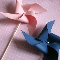 """Větrník na oslavu Papírový větrník se kterým můžete udělat """"parádu"""" na oslavě, svatbě či párty. Vhodný na focení nebo jen tak pro děti na zábavu. Větrník je funkční a točí se. Barva tmavě modrá a bílá. Lze udělat i v jiných barevných kombinacích. Barva: růžová a tmavě modrá Velikost větrníku je 10x10cm Cena za 2 ks Bohužel momentálně mohu větrníky dodat ..."""