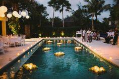 Decoração de ano novo na piscina velas flutuantes