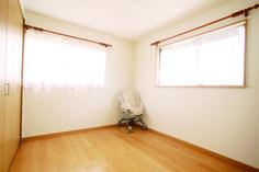 【アルルホームズの建築】 フローリングと収納扉を明るいカラーリングにした子供部屋