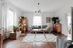 Rauhaa ja tyyliä vanhassa puutalossa | Oikotie - Kotiin Wall Of Fame, Retro, Entryway Bench, Sweet Home, Design Inspiration, Interior Design, Space, House, Furniture