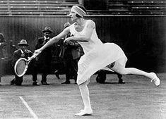 """Creó el vestuario de la tenista Suzanne Lenglen, 1920. El equipo que concibió constaba de una falda plisada y un cárdigan sin mangas, toda una osadía para los años 20. Patou explicaba: """"Mis modelos están concebidos para la práctica del deporte. Procuro que sean agradables de mirar como de llevar y que permitan una gran libertad de movimiento."""""""
